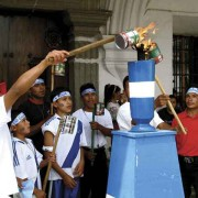 Youths fire up their torches to participate in the Independence Day Run (Rudy Girón/rudygiron.com)