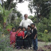 Robert Hinshaw with children of Tzununá (photo: Linda Dycus Hinshaw)