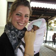 Tessa de Goede with a small patient (www.catwalksaroundtheworld.com)