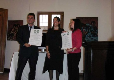 Carmen Rosa Perez, Executive Director of Great Green Deal (center) presents the certification to Filadelfia Coffee Resort's Executive Director Pascu Robredo Arrutia and Director of Human Resources María Rene Sanchez Soto