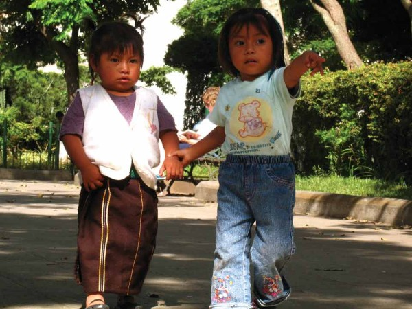 Two Guatemalan Girls in Parque Central in Antigua Guatemala (image by photos.rudygiron.com)
