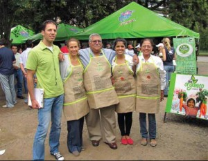 Event organizer and nutritional counselor David Elron with Día Orgánico participants