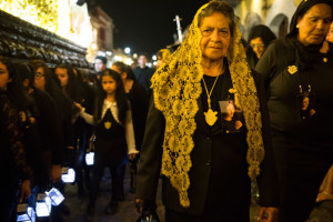 Doña Graciela Asturias, after several years as part of the Hermandad, walks the journey of 68 blocks (12 hours) the same as the younger members. Photo by